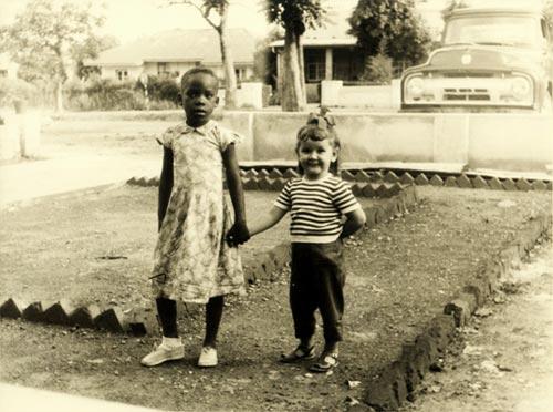 1961 στο Kipuchi του Κονγκό. Έζησε εκεί τα πρώτα πολύ ευτυχισμένα παιδικά της χρόνια.